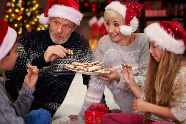Comune mangiare biscotti dolci di panpepato