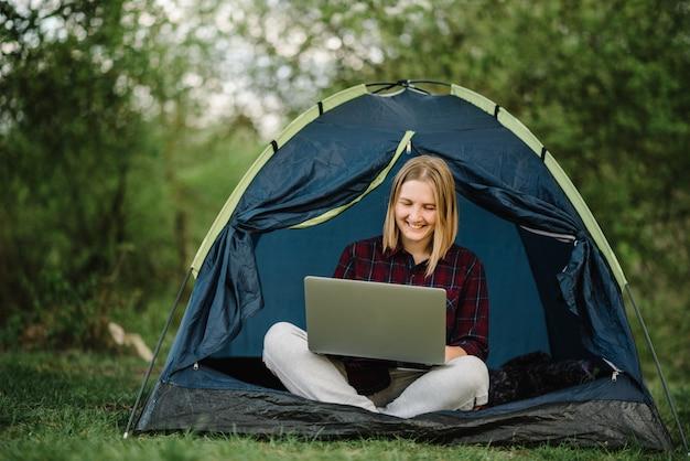 텐트에서 노트북으로 온라인으로 가족과 의사 소통