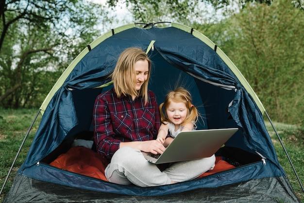 Общайтесь с родственниками, семьей онлайн на ноутбуке в палатке на природе