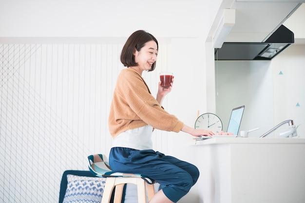 自宅のラップトップを使用してオンラインで通信する