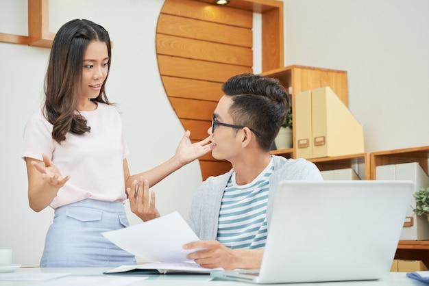 Общение молодых коллег в офисе