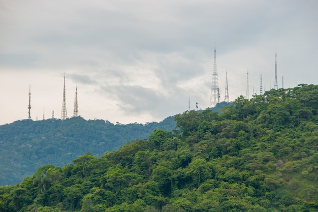 브라질 리우데 자네이루의 수 마레 언덕 꼭대기에있는 통신 안테나.