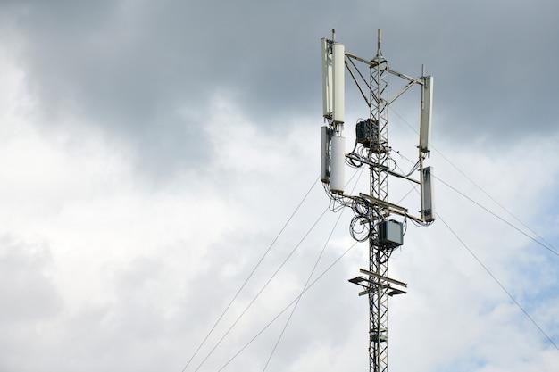 통신 셀룰러 신호 탑. 전화 신호 기지국. 도시 안테나 리피터 타워. 폭풍 경고.
