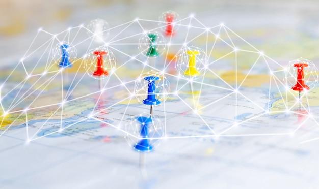 世界地図上の通信接続ネットワーク画鋲