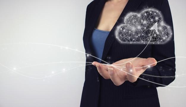 통신 네트워크 개념입니다. 회색 배경에 손을 잡고 디지털 홀로그램. 최신 클라우드 기술.