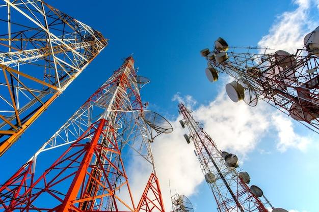 Технологии коммуникационной сети с телекоммуникационным спутником для подключения социальных сетей.