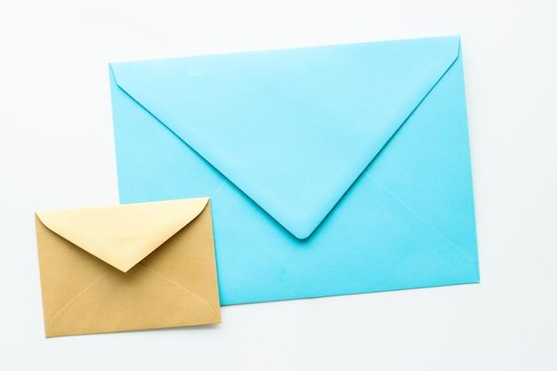 대리석 배경 메시지에 대한 통신 뉴스레터 및 비즈니스 개념 봉투