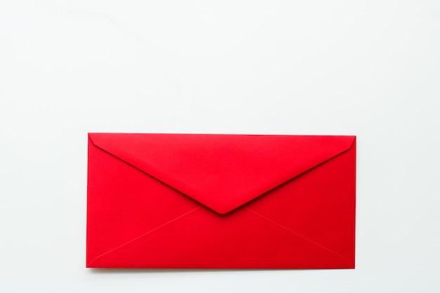 Информационный бюллетень связи и конверты бизнес-концепции на мраморном фоне сообщения
