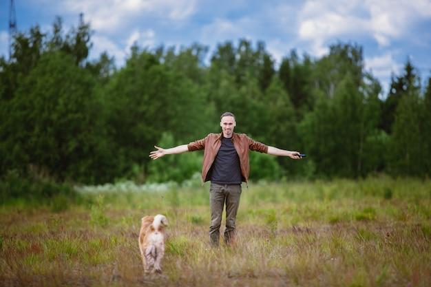 Общение владельца и собаки породы шарпей и на прогулке на лугу
