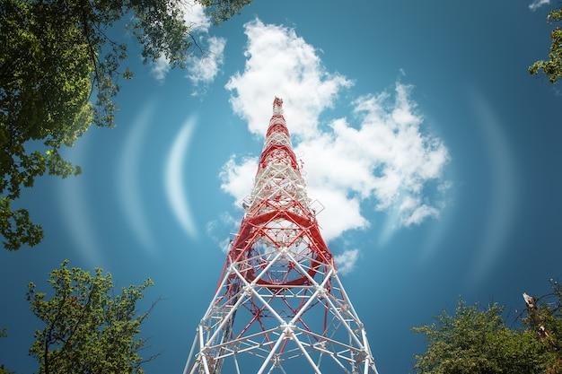 Радиосигнал башни связи в воздухе