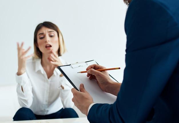 心理学者とのコミュニケーションは、患者の診断を問題にします。 Premium写真