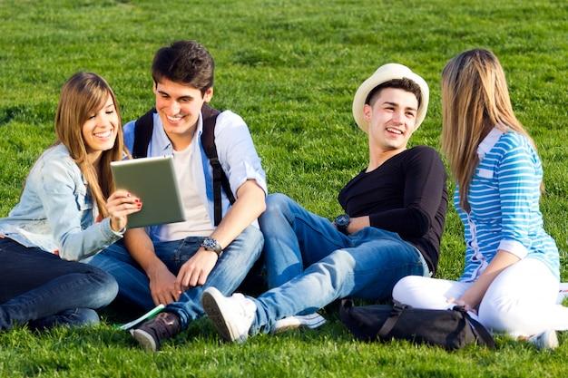 Comunicazioni sms felice ragazzo socializzazione