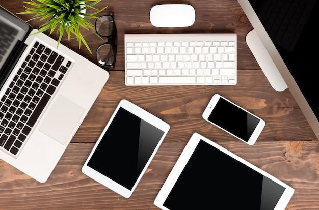 Коммуникационная технология на деревянном столе