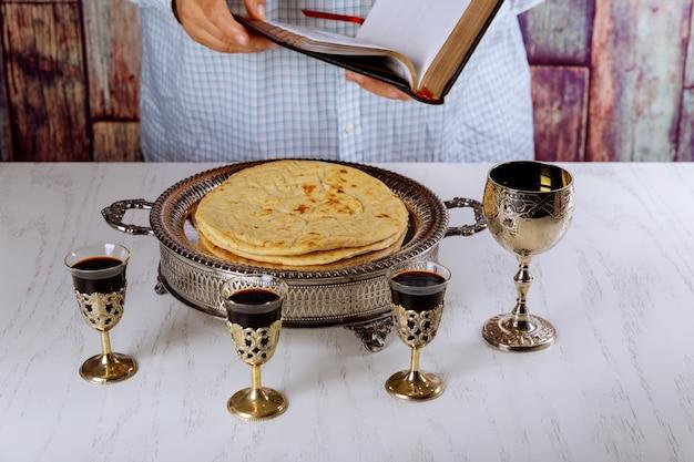 성찬식 정물 와인, 빵 및 성경. 친교가 시작될 때 성경을 읽다