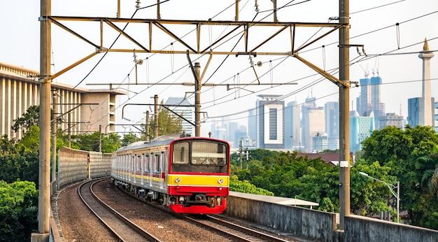 Пригородный поезд в джакарте, столице индонезии