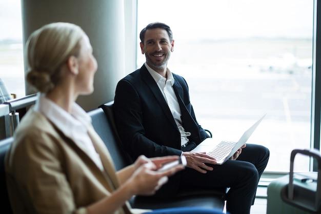 Pendolari che interagiscono tra loro in sala d'attesa
