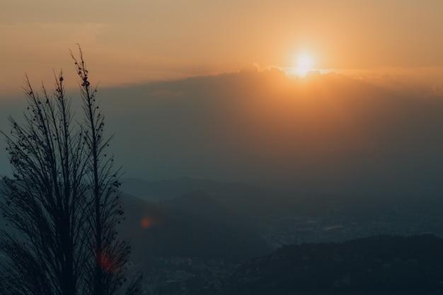 イタリア、コモ。丘に沈む夕日。