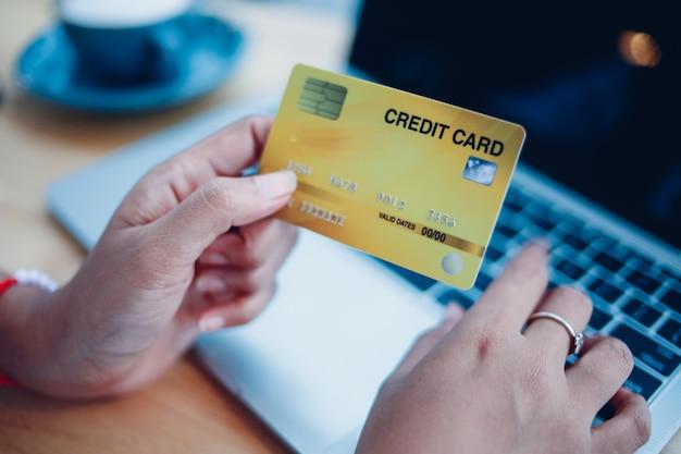 ラップトップcomouterとクレジットカードを使用してハード女性