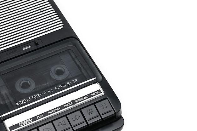 Компактный кассетный магнитофон на белом фоне