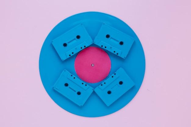 Компактные кассеты на виниловом диске
