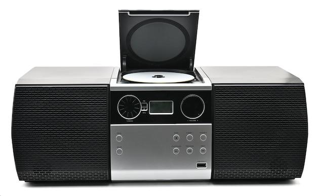 Компактный диск и радиоустройство на белом фоне