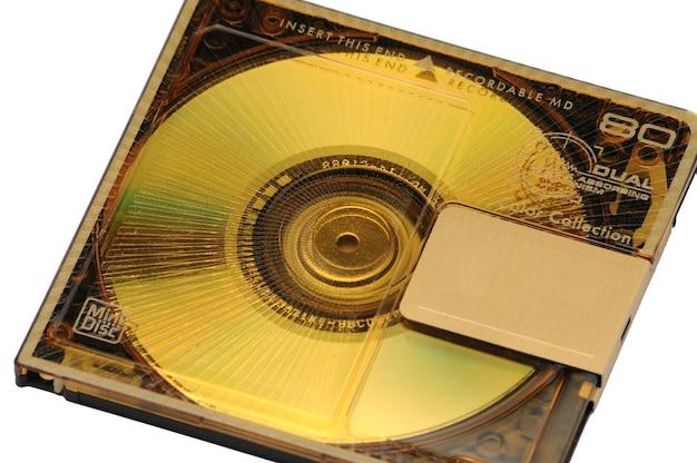90年代に分離された白でリリースされたデジタル録音用のコンパクトな書き換え可能なミニディスク-md。