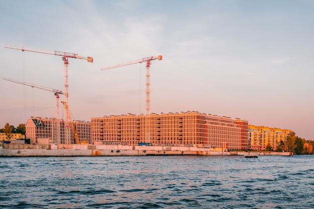 建物のコンパクトな建設。建設中の建物の壁。サンクトペテルブルクの新しい住宅街。