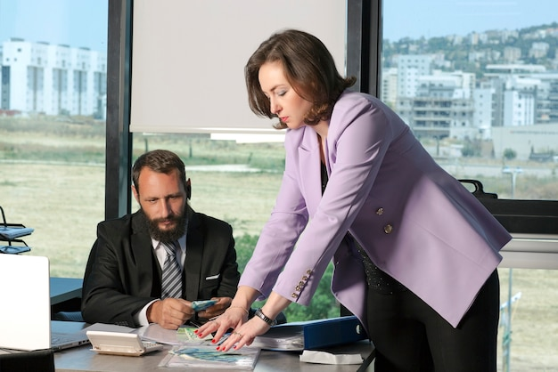 Руководитель компании платит наличными шекелями ils офисному работнику