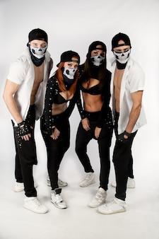 Компания танцоров в стильной одежде
