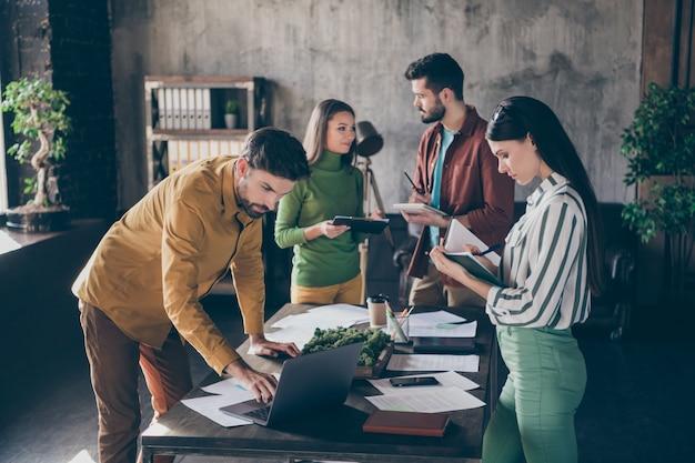 イノベーションスタートアップ戦略計画を準備している4人の素敵な魅力的な焦点を絞ったビジネスマンエグゼクティブファイナンスマネージャーの会社