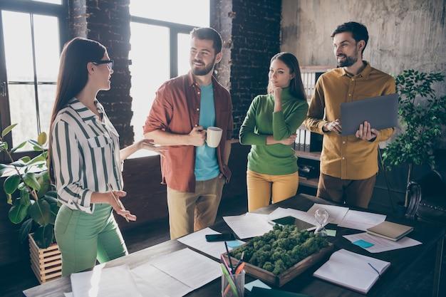 Itイノベーション戦略を作成する4人の素敵な魅力的なフレンドリーで熟練した専門家の忙しい勤勉で陽気な人々のリーダーの会社