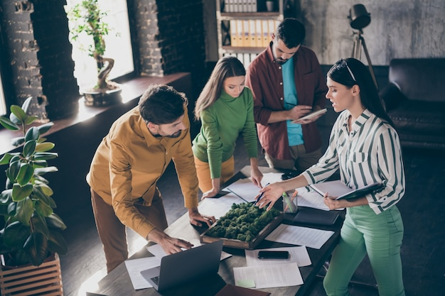 Компания из четырех симпатичных привлекательных умных умных занятых лидеров, партнер, директор, генеральный директор, главный исполнительный директор, готовит анализ отчета