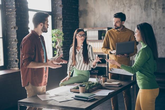 4 개의 좋은 회사에 초점을 맞춘 바쁜 근면 숙련 된 자격을 갖춘 지능형 사람 전문 it 전문가 논의