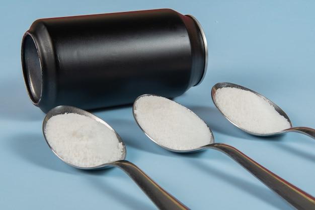 炭酸飲料の黒い缶に含まれる砂糖の量の比較