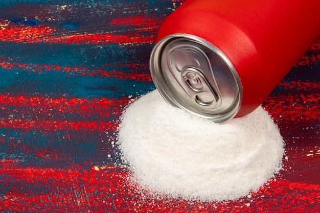 炭酸飲料の赤い缶に含まれる砂糖の量の比較