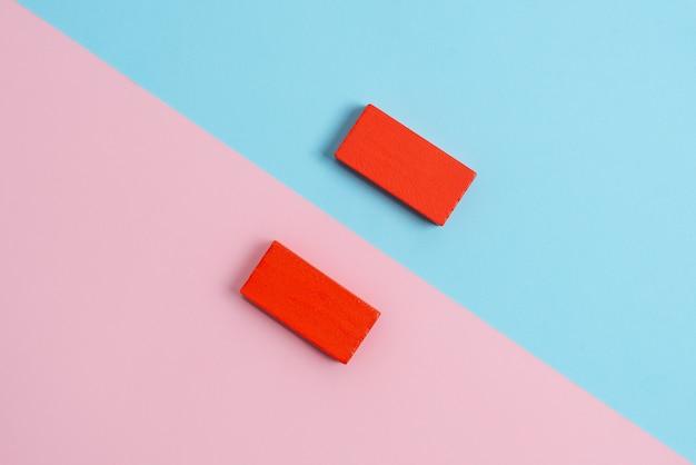 Сравнение двух объектов блоки карандаши наклейки примечания обращены внутрь наружу, создавая отражение композиции на отдельном цветном фоновом снимке в перспективе