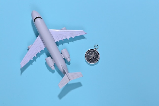 밝은 파란색에 나침반과 공기 비행기
