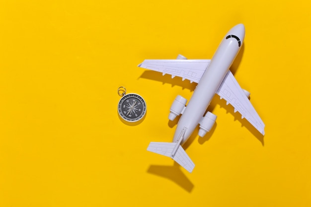 밝은 노란색에 나침반과 비행기