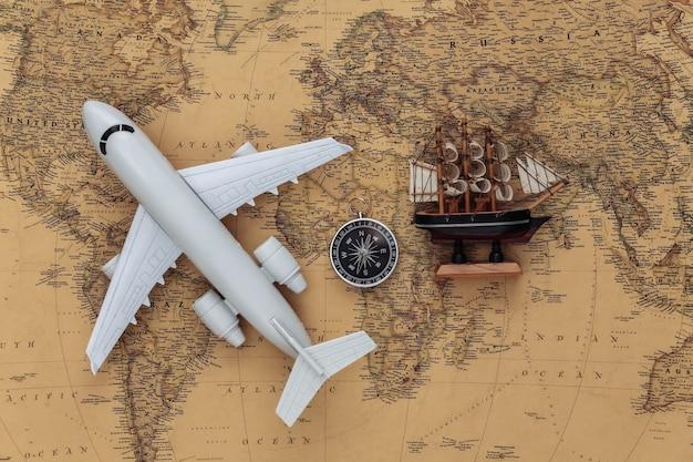 コンパスと飛行機、古い地図で出荷します。旅行、冒険の概念