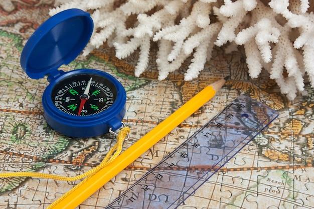 지도에 나침반과 산호