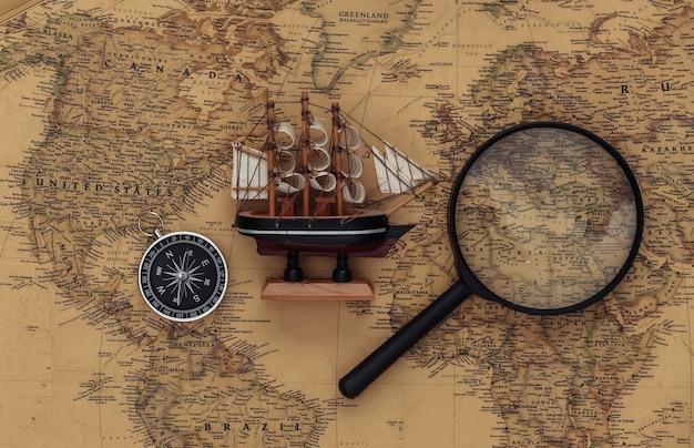 나침반과 돋보기, 오래 된지도에 배. 여행, 모험 개념 프리미엄 사진