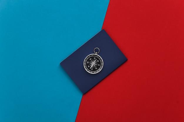 빨강-파랑에 나침반과 여권