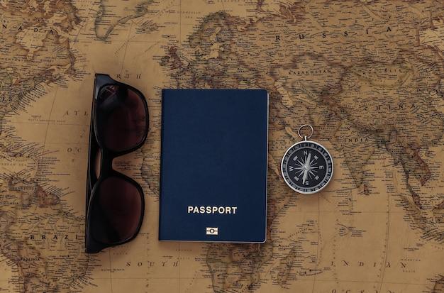 コンパスとパスポート、古い地図のサングラス。旅行、冒険の概念