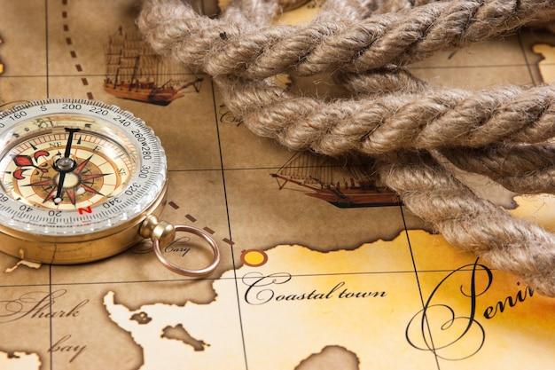 Компас и веревка на карте