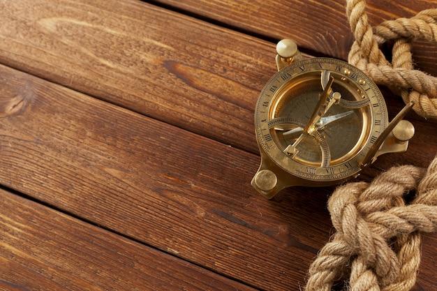 Компас и веревки на деревянный стол. закрыть