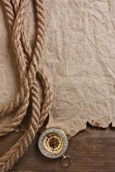 Компас, старая бумага и веревка, натюрморт