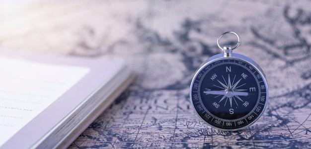地図の背景にコンパス。旅行地理ナビゲーションの概念の背景