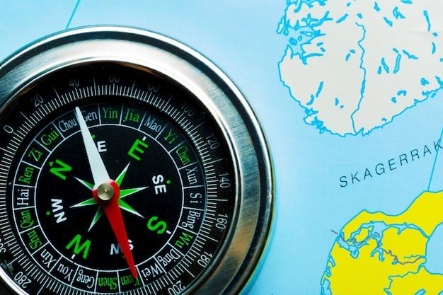 地図背景旅行のコンパス