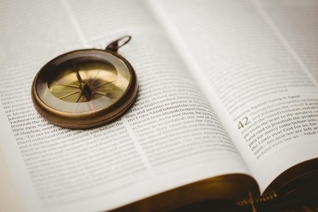 열린 성경에 나침반