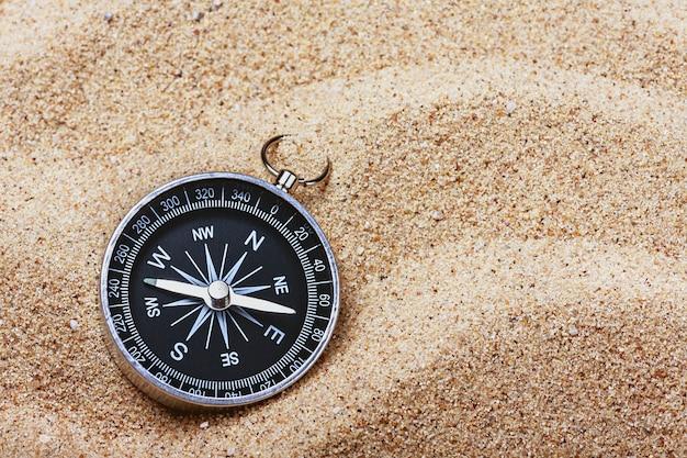 熱い砂の上のコンパス